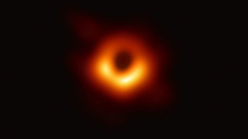 Como Einstein sonhou. O momento em que o mundo viu um buraco negro pela primeira vez
