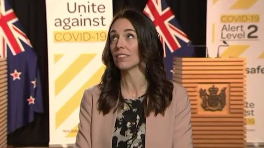 Primeira-ministra da Nova Zelândia surpreendida por terramoto em direto