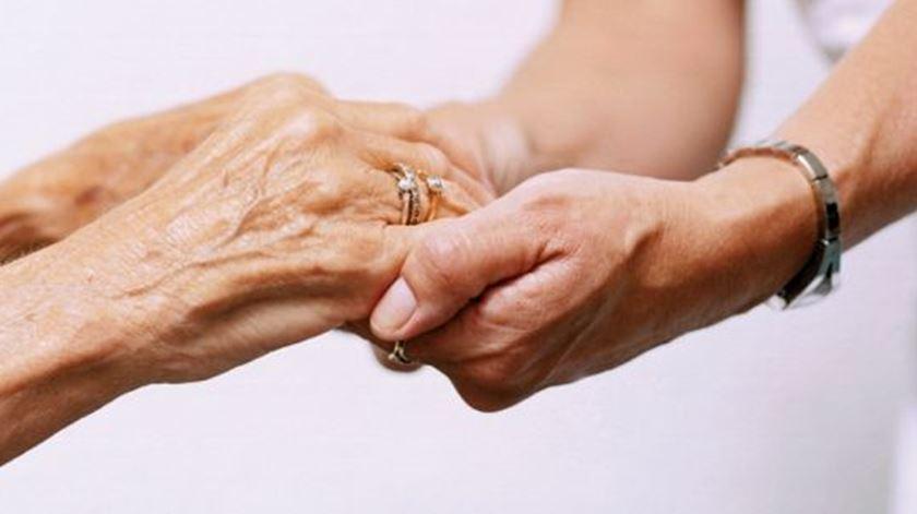 Estatuto do cuidador informal fica-se pelas intenções no Orçamento