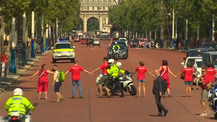 Boris Johnson bloqueado por ambientalistas a caminho do Palácio de Buckingham