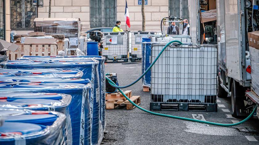Farmácia de Paris produz gel desinfetante na rua. Foto: ABACA Pictures/Reuters