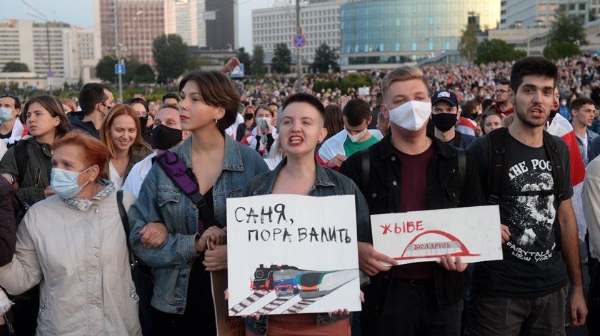 Lukashenko toma posse em segredo, polícia usa canhões de água em protesto em Minsk