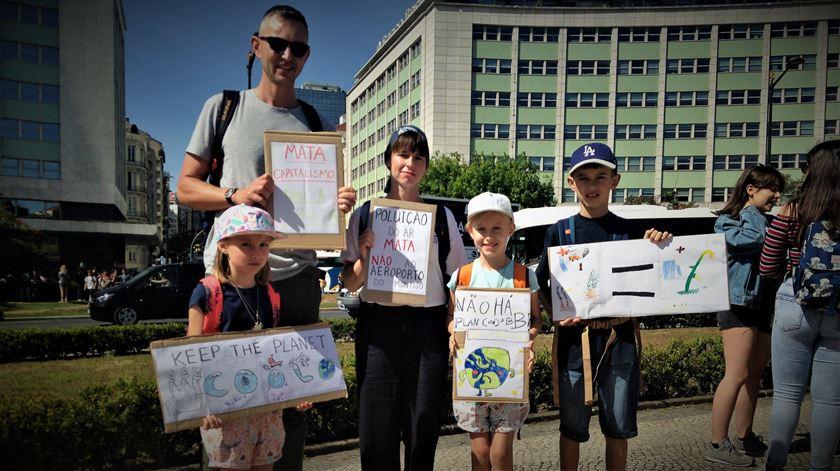 Estrangeiros a morar em Portugal juntaram-se ao protesto. Foto: Cristina Nascimento/RR