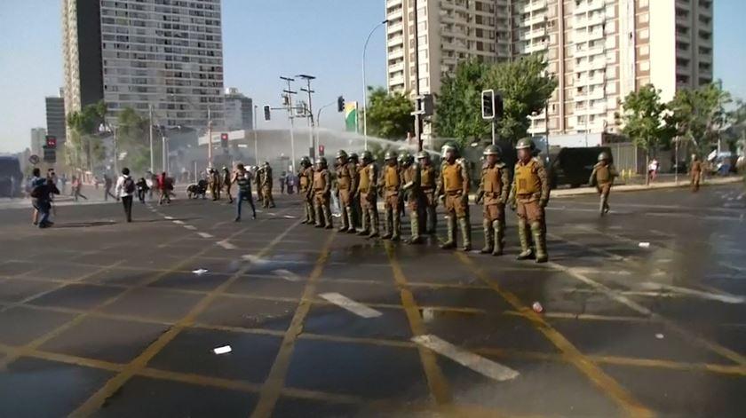 Canhões de água varrem protestos contra visita do Papa ao Chile