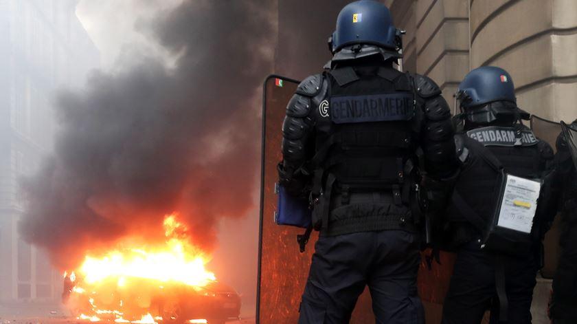 Carros queimados, montras partidas. As imagens da batalha campal em Paris