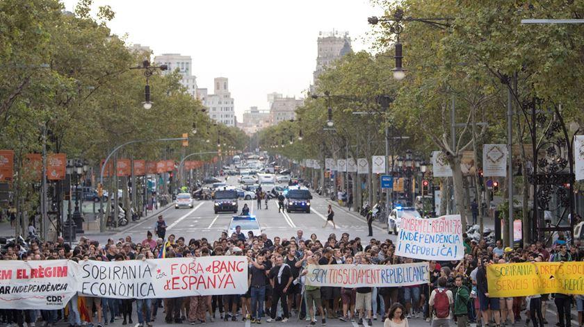 Protestos na Catalunha. Separatistas cortam autoestradas e linhas de comboio