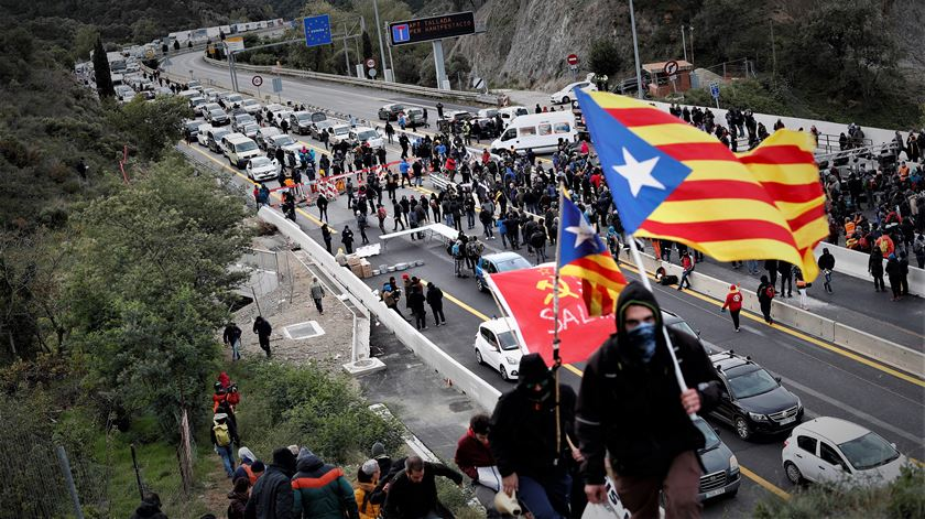 Independentistas catalães bloqueiam autoestrada entre Espanha e França