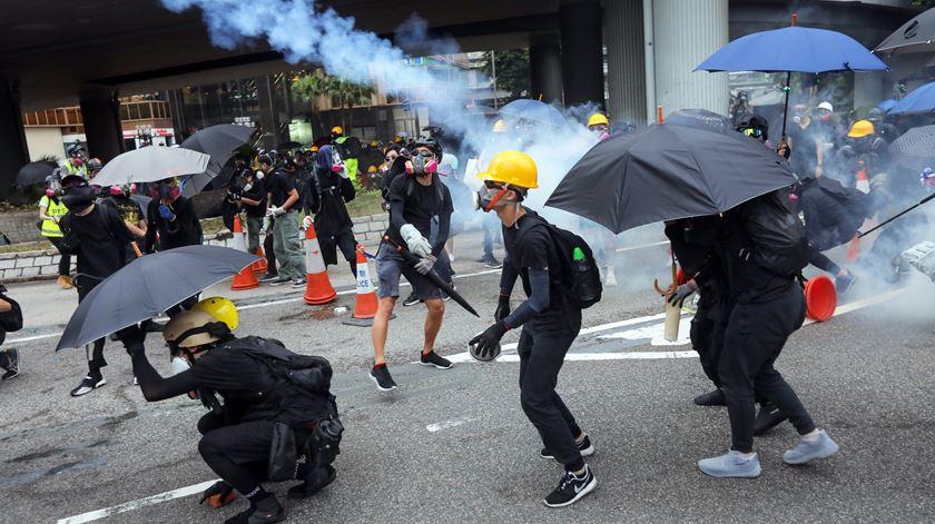 Protestos em Hong Kong. Polícia dispersa manifestantes com gás lacrimogéneo e canhões de água