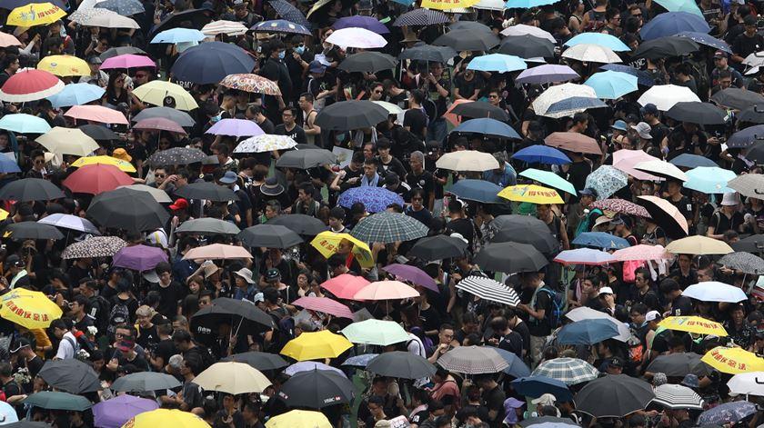 Milhares na rua, em protesto, em Hong Kong. Foto: Jerome Favre/EPA.