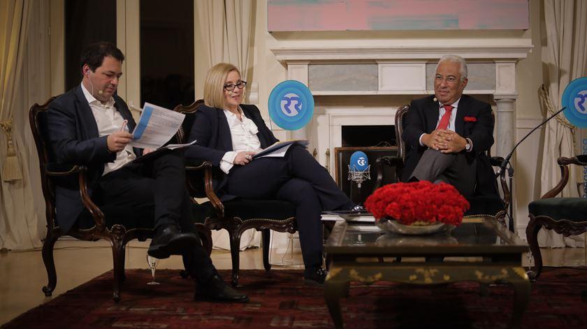 José Pedro Frazão e Graça Franco entrevistam António Costa. Foto: Joana Bourgard/RR