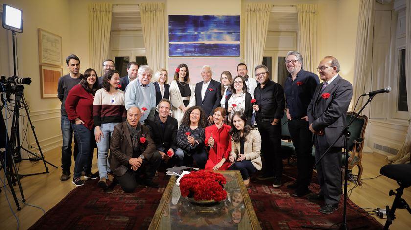 Fotografia de grupo com todos os convidados e com a equipa da Renascença que participou na emissão especial dos 45 anos do 25 de Abril.