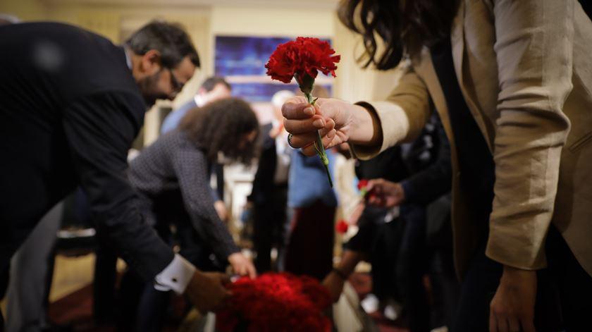 Cravos vermelhos podem ser encontrados por todo o Palácio de São Bento. A residência oficial do primeiro-ministro está aberta ao público, esta quinta-feira, a partir das 14h00.