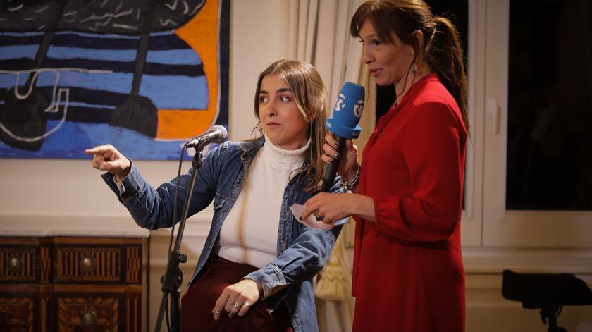 """Ana Galvão entrevista Márcia antes de a cantora interpretar """"A formiga no carreiro"""", de Zeca Afonso."""