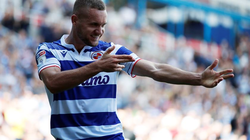 Puscas apresenta-se aos adeptos do Reading. Foto: Matthew Childs/Reuters