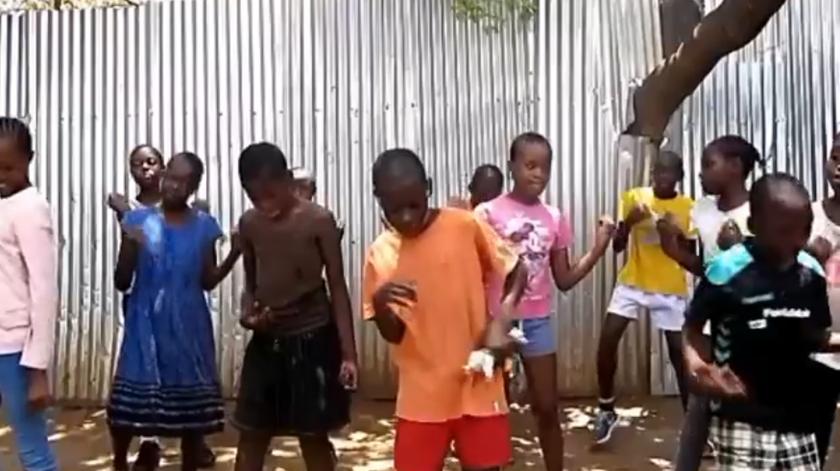 """Crianças do Quénia dançam """"Telemóveis"""" de Conan Osiris"""
