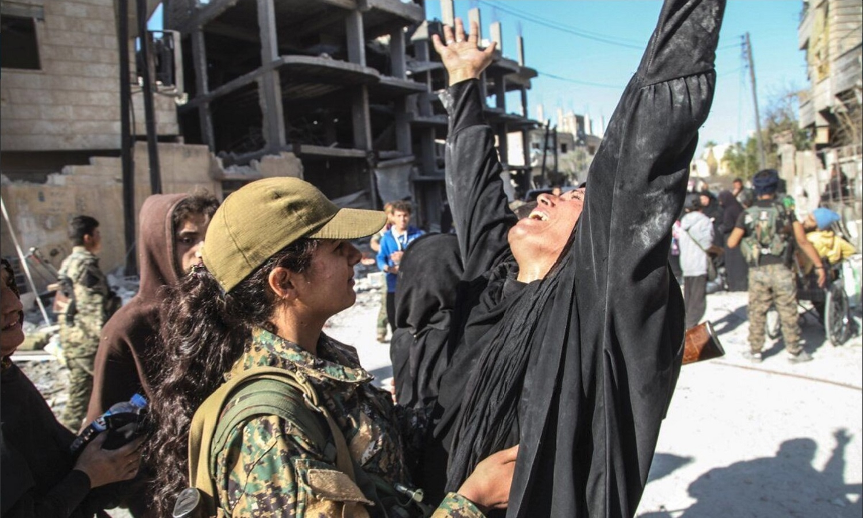 Combatentes do Estado Islâmico se rendem na cidade síria de Raqqa