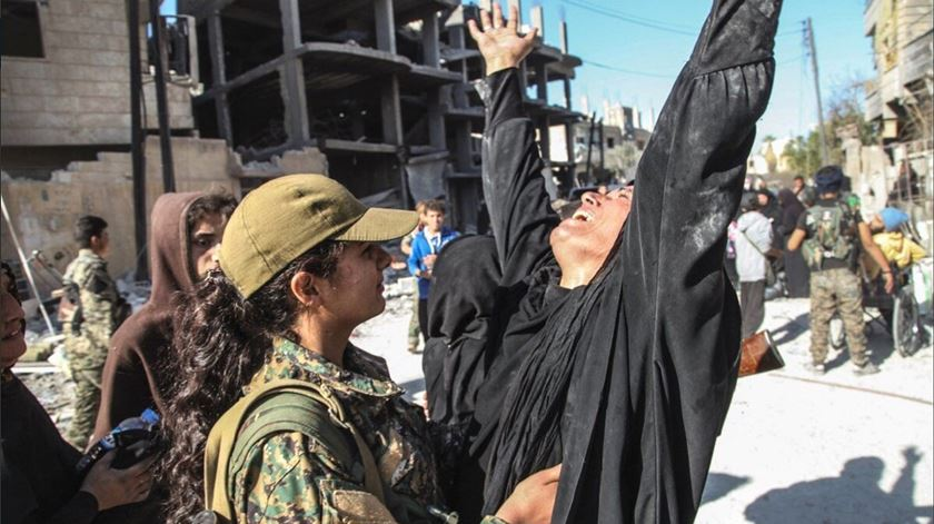Civis libertados em Raqqa festejam com militantes curdos. Foto: Twitter