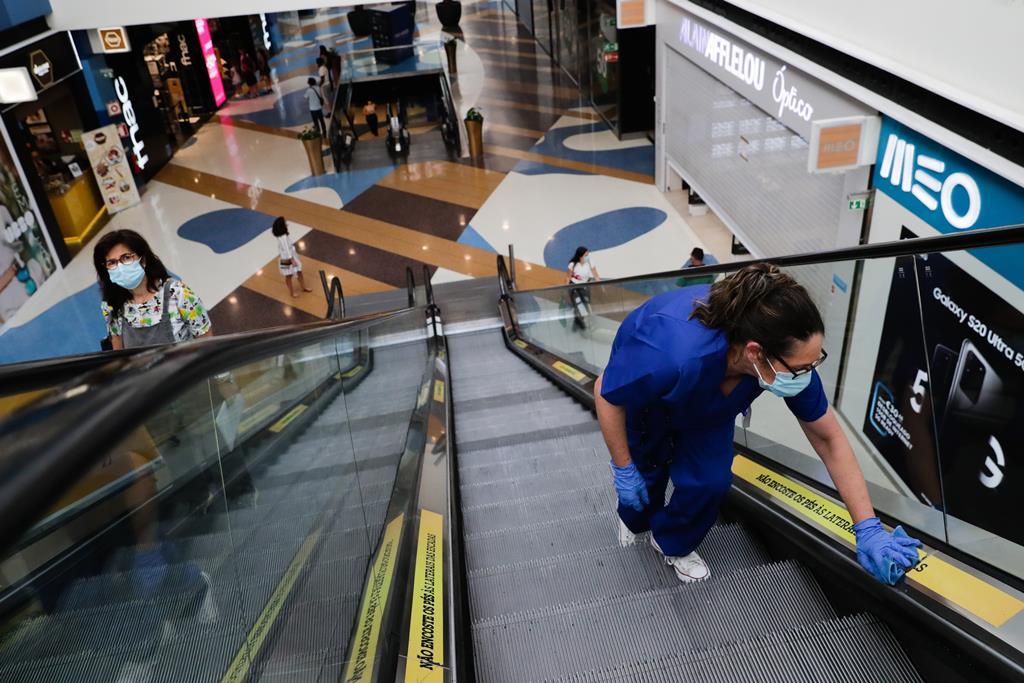 Centros comerciais reabrem nos concelhos da Fase 3 de desconfinamento. Foto: Tiago Petinga/Lusa