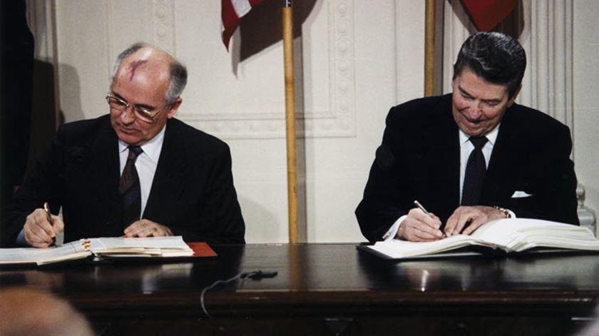 Rússia e EUA põem ponto final no tratado que abriu caminho para o fim da Guerra Fria