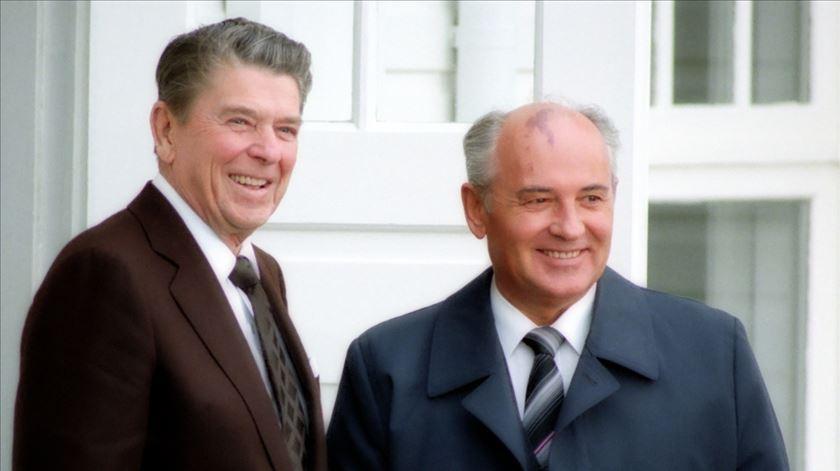 Ronald Reagan e Mikhail Gorbachev durante a Cimeira de Reiquiavique, em outubro de 1986. Foto: Ronald Reagan Library
