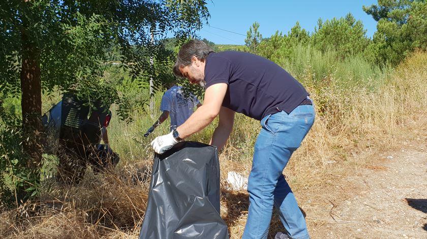 Nuno Vaz a apanhar o lixo. Foto: Olímpia Mairos/RR