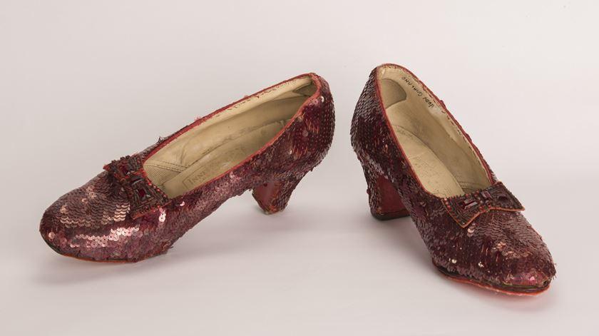 """Sapatos vermelhos do """"Feiticeiro de Oz"""" recuperados 13 anos após roubo"""