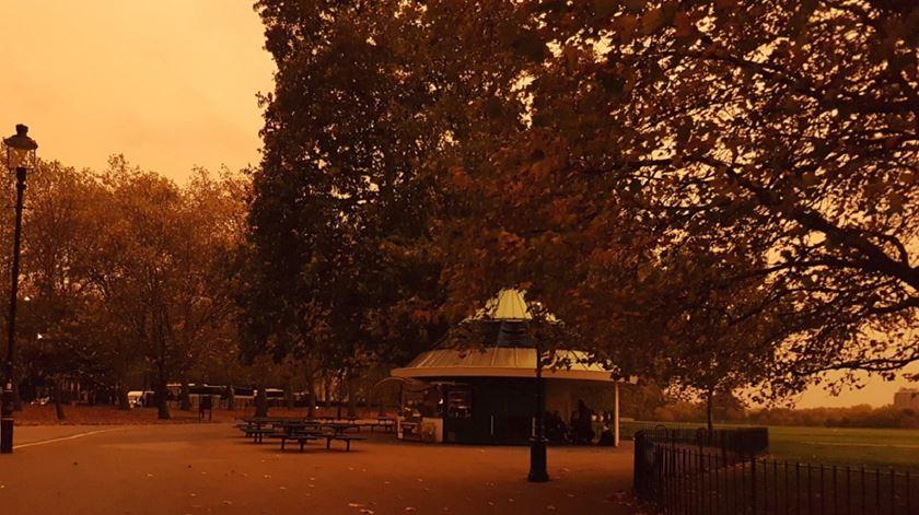 Céu alaranjado surpreendeu britânicos esta segunda-feira. A culpa é dos incêndios em Portugal e Espanha. Foto: Twitter
