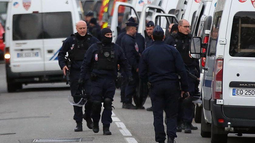 França. Adolescente manteve quatro pessoas sequestradas em loja de Toulouse