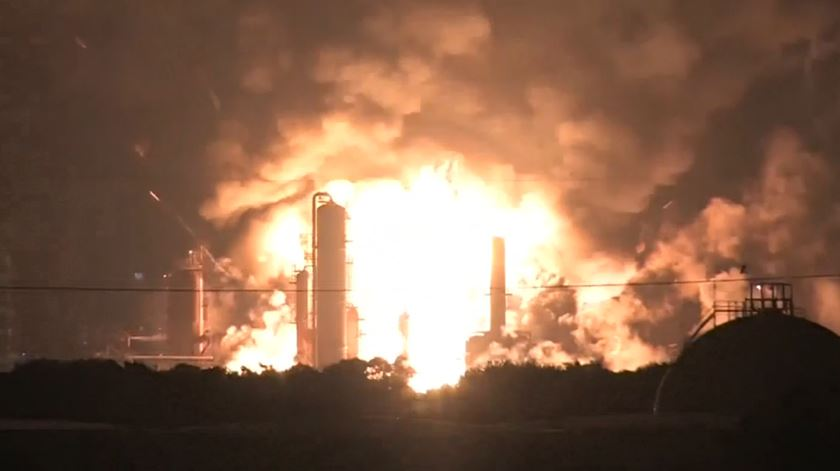 Mar de chamas e explosões destrói refinaria nos Estados Unidos