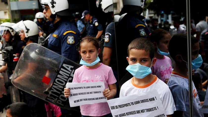 Desalojamento de mais de 11 mil refugiados gera protesto em Atenas