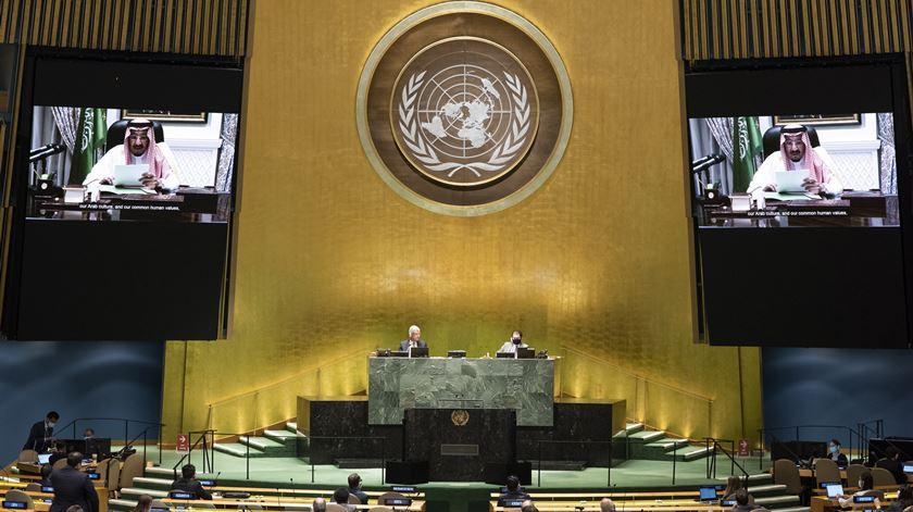 Rei saudita critica Irão em discurso de estreia na assembleia-geral da ONU