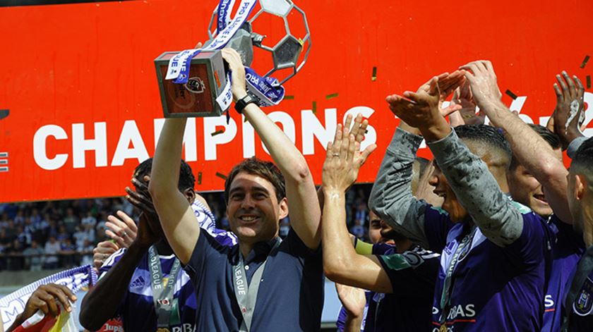 Anderlecht despede treinador
