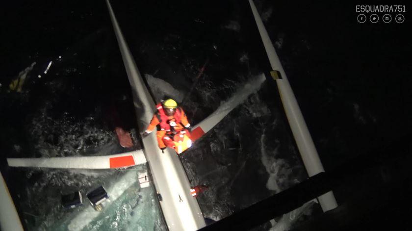 Força Aérea resgata cinco tripulantes de veleiro francês após naufrágio