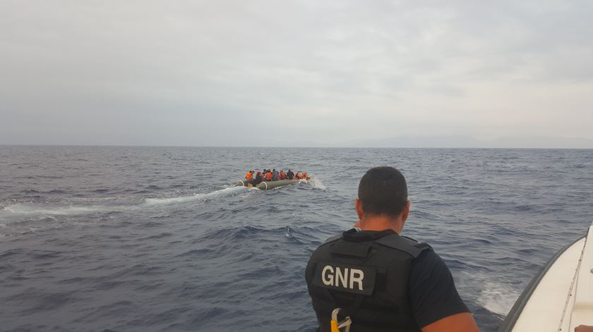 GNR resgata 41 migrantes no mar Egeu. Estavam num insuflável