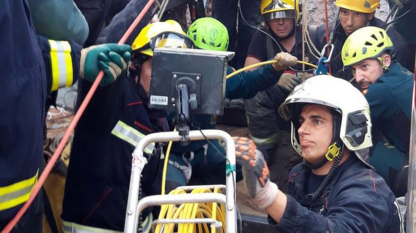 """Autoridades espanholas procuram Julen. """"Temos esperança de que não esteja morto"""", diz pai"""