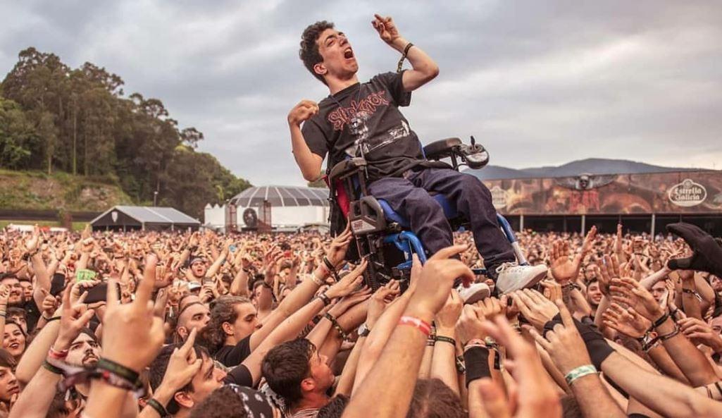 """Resultado de imagem para """"Metaleiros"""" dão lição ao mundo e levantam jovem em cadeira de rodas para ver concerto"""