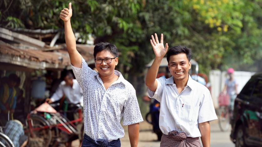 Myanmar liberta jornalistas presos há 511 dias por denunciarem crimes contra os Rohingya