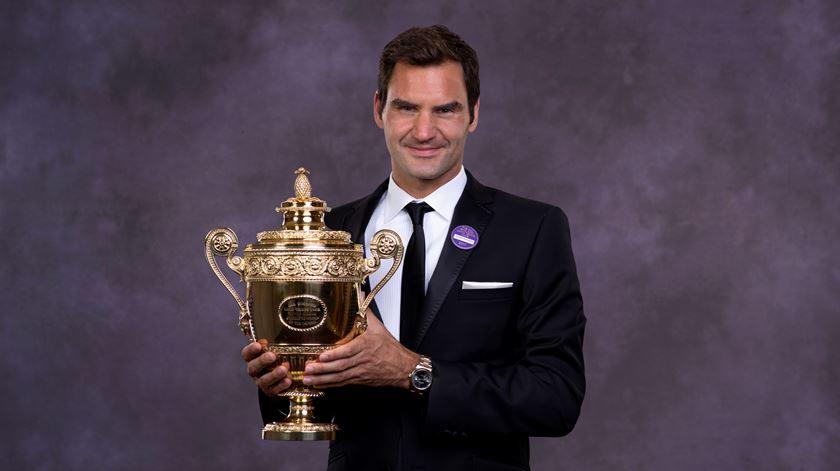 Federer e a sua mais recente taça, a oitava em Wimbledon. Foto: Robert Martin/EPA