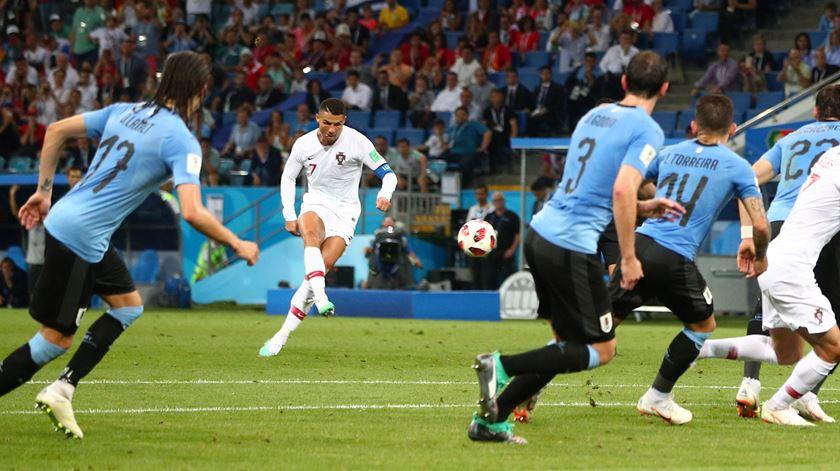 "Valdez assinala que, mesmo bem vigiado, Ronaldo deu trabalho à defesa ""charrúa"". Foto: Hannah McKay/Reuters"