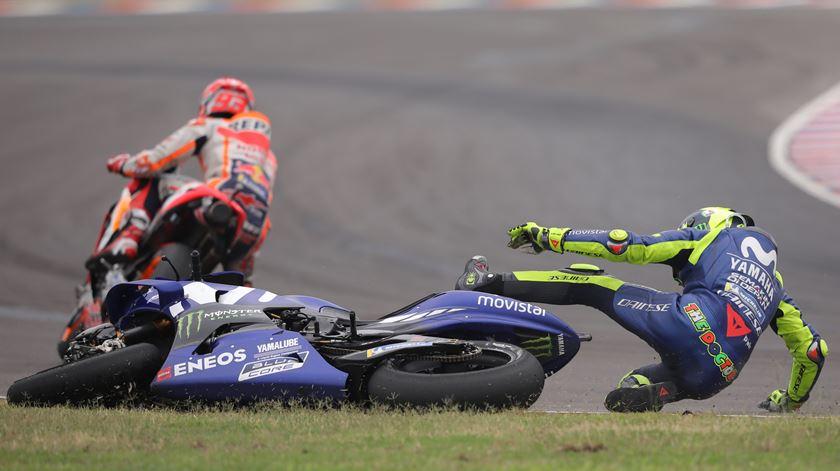 Rossi foi ao chão, depois do toque de Márquez. Foto: Nicolas Aguilera/EPA