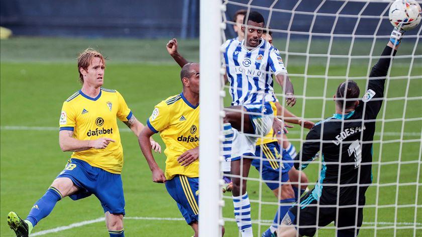 Aleksander Isak marca pela Real Sociedad. Foto: Roman Rios/EPA
