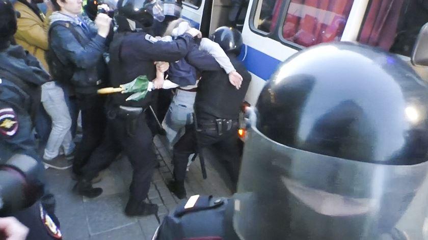 Jovem esmurrada na barriga pela polícia russa em protesto por eleições livres