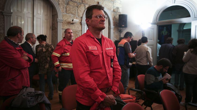 Bombeiros assistem à declaração do Presidente da República em Oliveira do Hospital. Foto: Joana Bourgard/RR