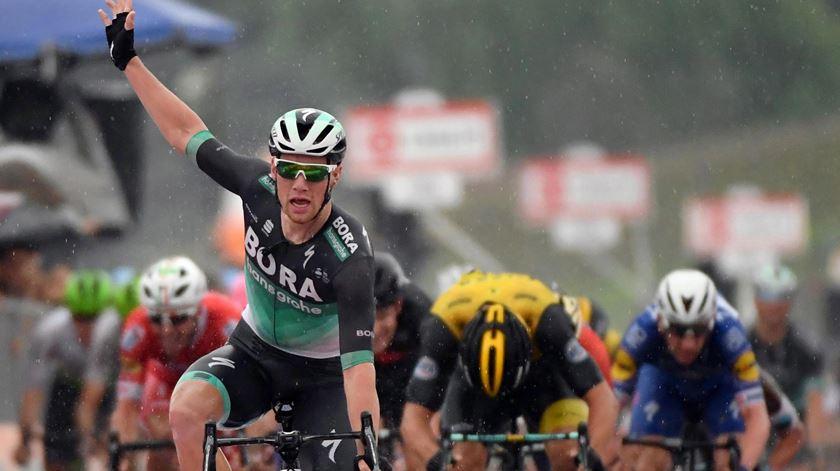 Sam Bennett venceu a 12ª etapa da Volta a Itália. foto: Daniel dal Zennaro/EPA