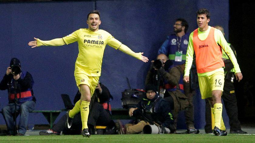Sansone festeja com a camisola do Villarreal. Foto: Heino Kalis/Reuters