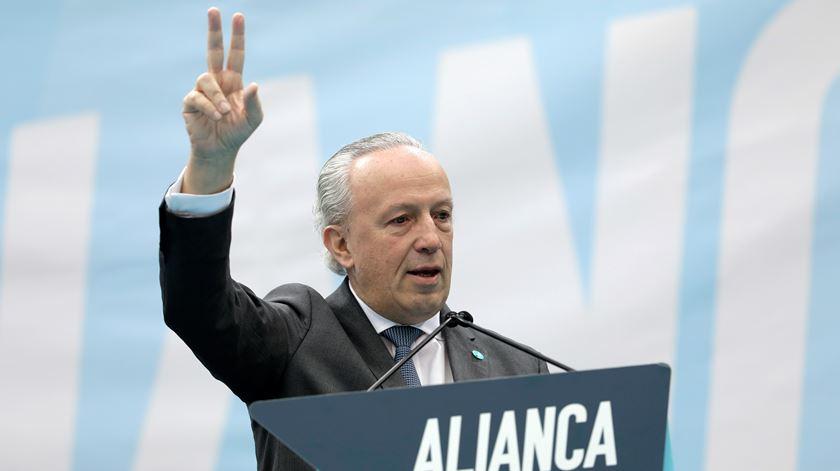 """""""Quem quer ganhar"""" ao PS deve aceitar acordo à direita, diz Santana Lopes"""