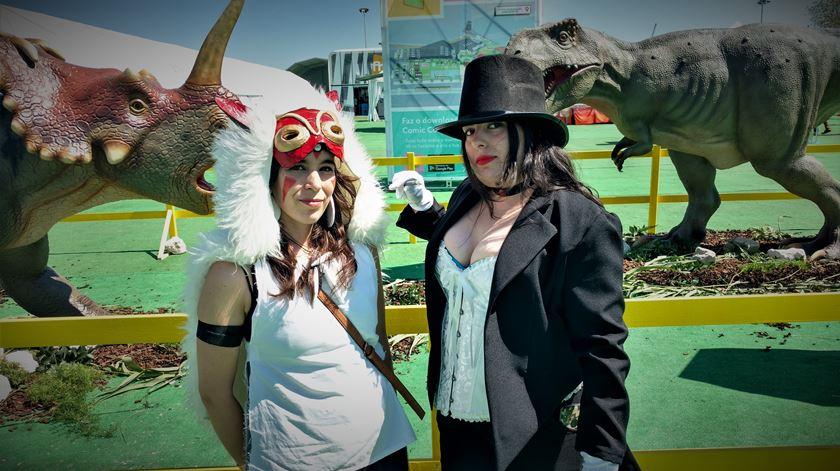 """Amigas Sara e Daniela, """"veteranas"""" da Comic Con, vestidas de Princesa Monoke e Zattana. Foto: Cristina Nascimento/RR"""