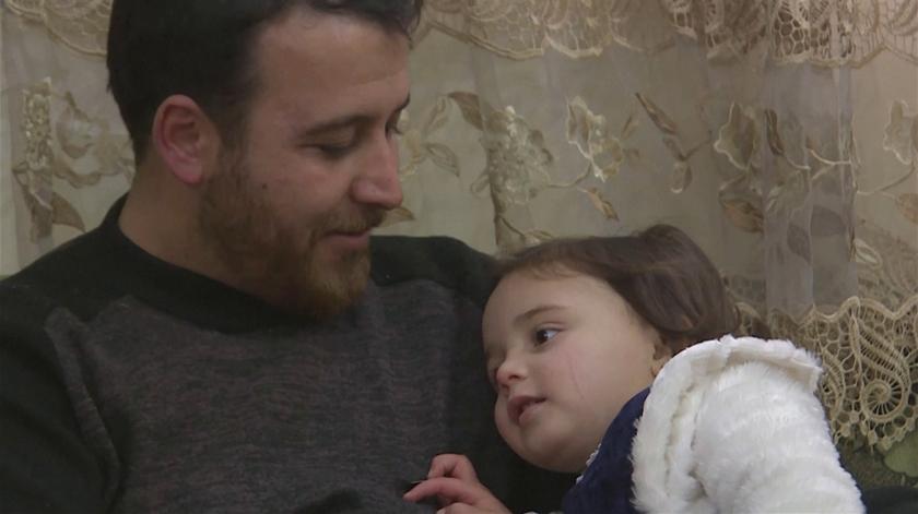 """Truque de pai sírio para distrair filha das explosões. """"Transformo a situação num jogo para ela não ter medo"""""""