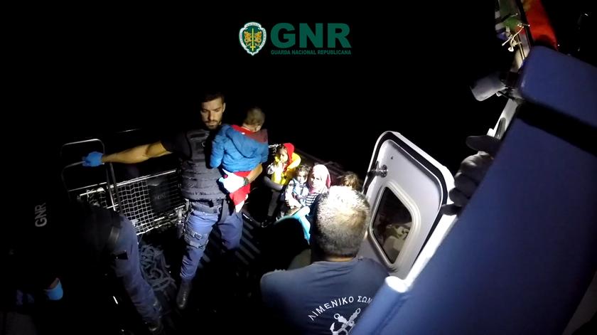 GNR deteta e resgata 31 migrantes no mar Egeu. Veja o vídeo