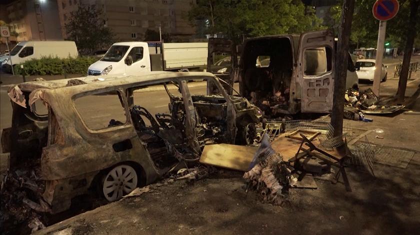 Confinamento, violência e incêndios. Confrontos marcam subúrbios de Paris há quatro dias